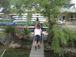 Il faut manoeuvrer pour accéder au ponton!