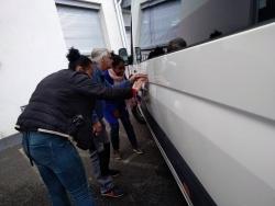 Préparation du minibus par Fatia, Fifi et Marcel