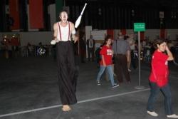 Un jongleur sur échasse