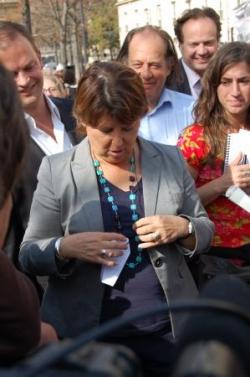 Martine Aubry avec un collier macabre...