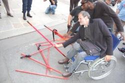 les manifestants jetant leur bâtons