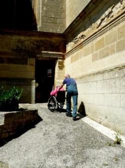 Entrée accessible sur la droite de l'église
