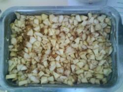 On place les pommes et les poires dans un plat...