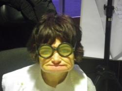 Mimie porte bien les lunettes