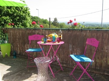 Une terrasse color e la cerise sur la d c for Repeindre une table en fer