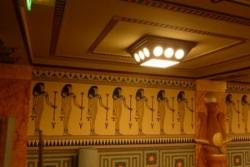La frise sur le mur latéral et un lanterneau
