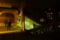 Quai du métro, derrière, les vitraux