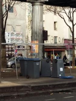 Des conteneurs à couvercle bleu ont été regroupés