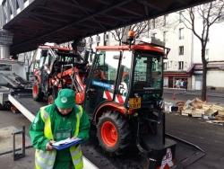 Les tracteurs descendent du camion