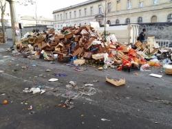 Le compacteur derrière un dernier tas de déchets