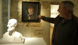 Víctor Caamaño Junto al Retrato de Ramón Cabanilla