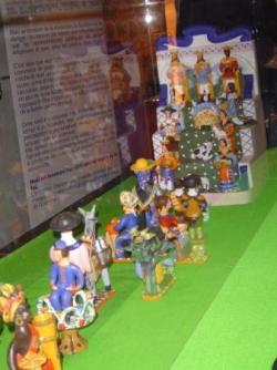 Bonecos, figurines perchées sur un escalier