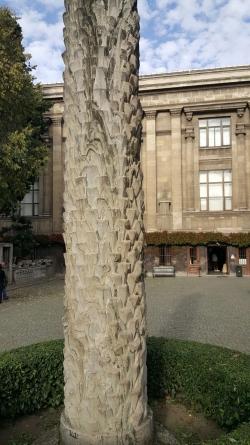 Colonne en forme de tronc de palmier