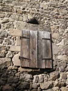 Fenêtre surmontée d'un linteau