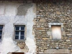 Mur enduit et en pierre apparente