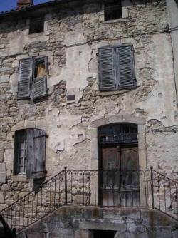 Maison à perron et balustrade en fer forgé