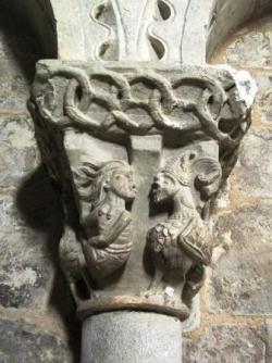 Chapiteau de l'abside de l'église de Lacommande