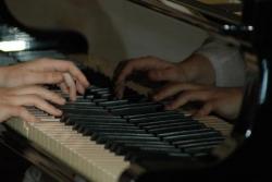 Les doigts volent sur le piano