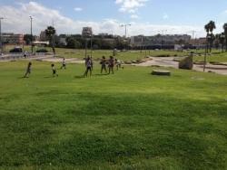 Les enfants jouent sur l'herbe