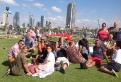 Les adultes assis sur l'herbe