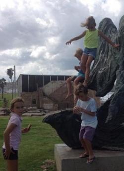 Les enfants escaladent la statue