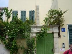 maison avec toit en terrasse et patio