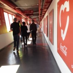 Dans les couloirs rouge et blanc