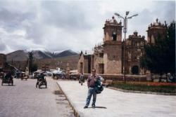 Frente al templo de Ayaviri