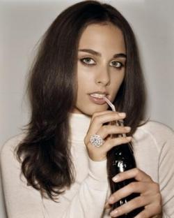 Sophie boit du Coca