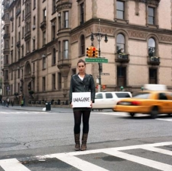 Dans la rue, avec la pancarte Imagine