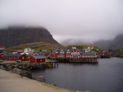 Village dans la brume