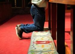 Adoration, à genoux