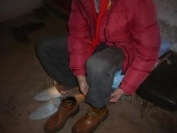 Notre hôte met ses chaussures...
