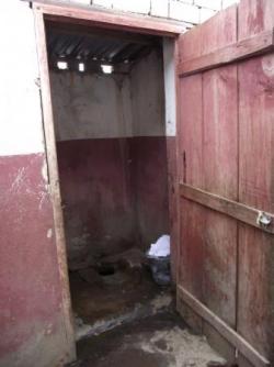 Les toilettes à coté de la cuisine..