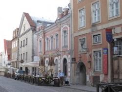 Rue commerçante de la Vieille Ville en Eté