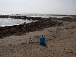 Retour de la mer sur la plage après la crue