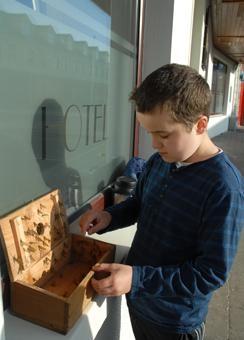 la chasse à la mouche de mai avant l'école © Berna