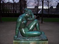 une statue en bronze faite par Maillol