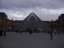 le Louvre derrière sa pyramide