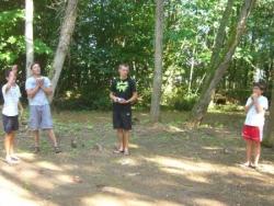 Partie de boules avec les copains dans le bois