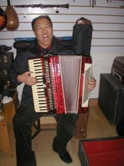 Le vendeur chante et joue...