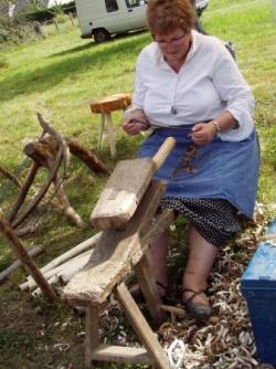 Une travailleuse à la plaine sur sa chieuve
