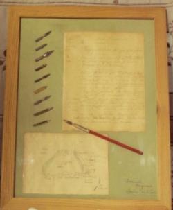 cadres en bois contenant plumes, buvards et copies