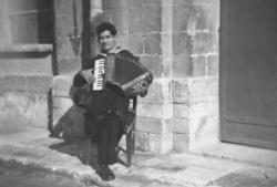 Francesco joue de l'accordéon !