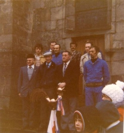 Pose du nouveau coq de l'église en 1981