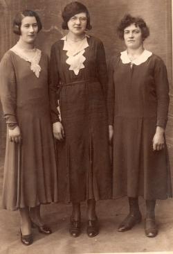 Au milieu Jeanne Poirier et à droite sa cousine