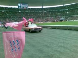 ... dans une Cadillac rose