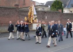 """Les """"Royés"""" portant leur statue..."""