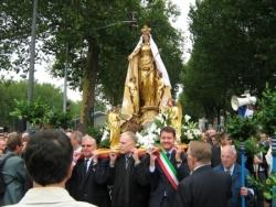 Des élus pour porter la statue...