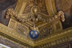 A Versailles (intérieur)...